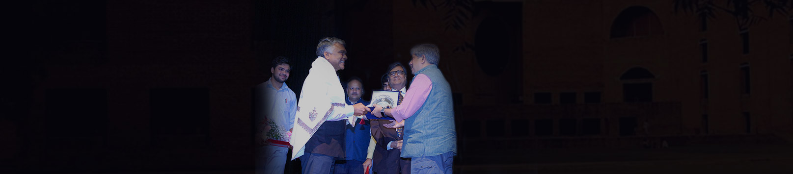 Harish Nim receiving his Distinguished Alumnus Award 2018 from Shrikrishna Kulkarni, Chairperson IIM Calcutta