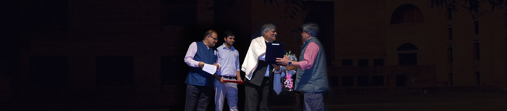 Pradeep Gupta receiving his Distinguished Alumnus Award 2018 from Shrikrishna Kulkarni, Chairperson IIM Calcutta