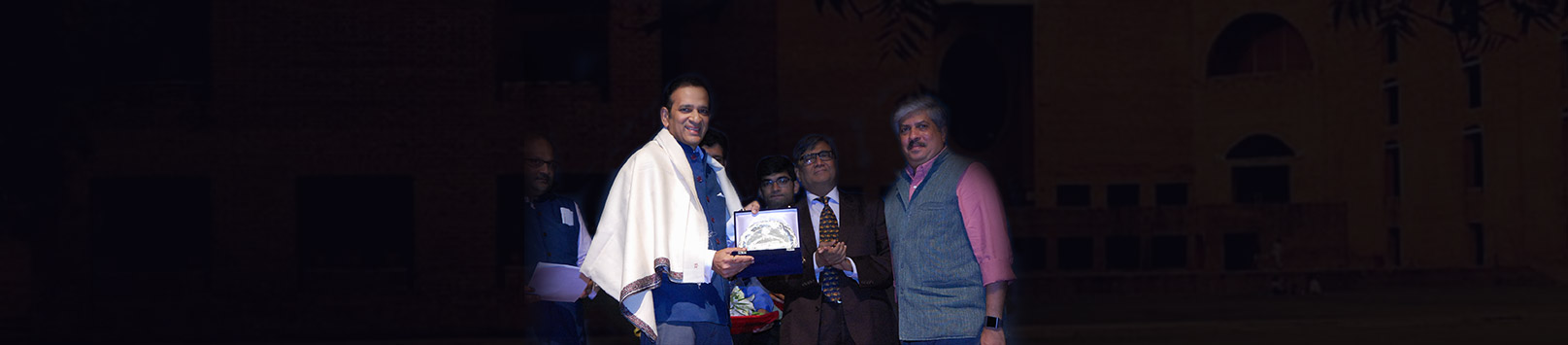 Ajay Bisaria receiving his Distinguished Alumnus Award 2018 from Shrikrishna Kulkarni, Chairperson IIM Calcutta