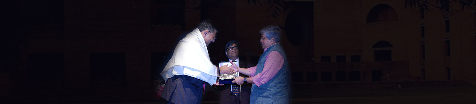 Saurabh Agrawal receiving his Distinguished Alumnus Award 2018 from Shrikrishna Kulkarni, Chairperson IIM Calcutta