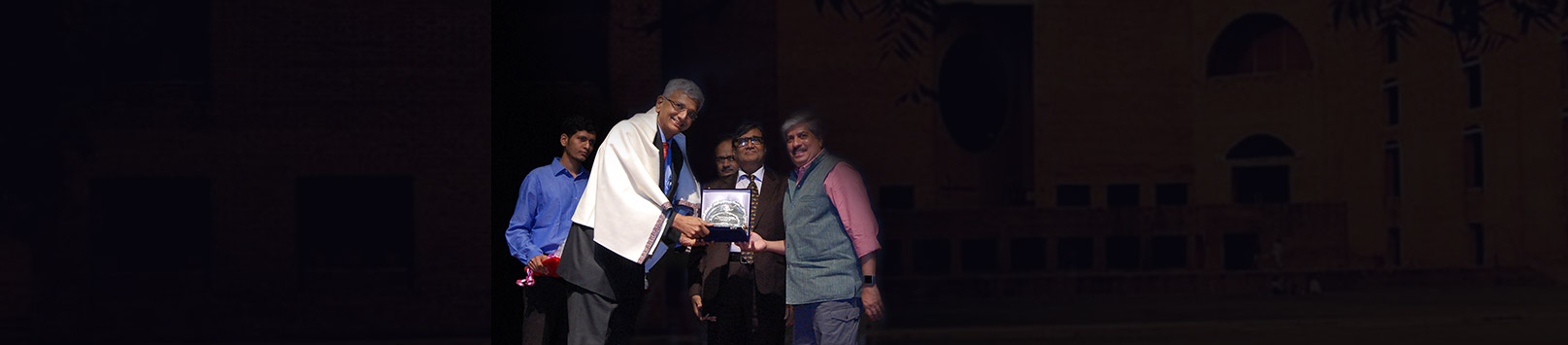 M. G. (Ambi) Parameswaran receiving his Distinguished Alumnus Award 2018 from Shrikrishna Kulkarni, Chairperson IIM Calcutta