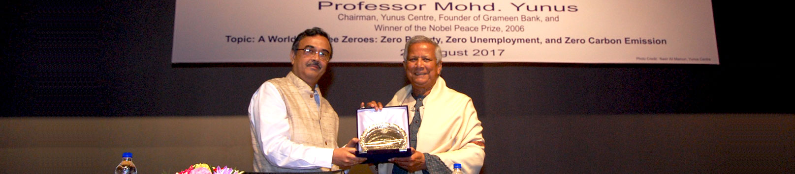 Prof. Saibal Chattopadhyay, Director IIM Calcutta greets Prof. Mohd. Yunus, winner of the Nobel Peace Prize 2006, prior to delivery of the Arijit Mukherji Memorial Lecture 2017.